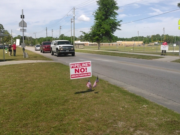 600x450 Many drivers spoke; some took leaflets; one told us about the Georgia vote, in SpectraBusters leaflets Sabal Trail in Live Oak, by John S. Quarterman, for SpectraBusters.org, 21 April 2016